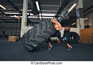 inmenso, mujer, crossfit, neumático, gimnasio, echar al aire