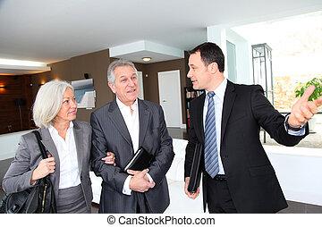 inmobiliario, visitar, casa, pareja, moderno, agente, 3º ...