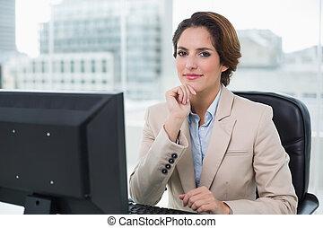 innehåll, affärskvinna, betrakta kamera