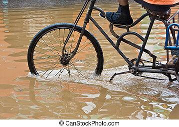 inondé, vélo voyageant, par, rues