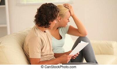 inquiété, documen, couple, regarder