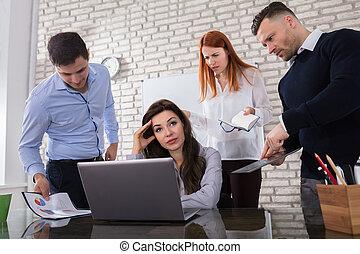 inquiété, femme affaires, à, elle, collègue