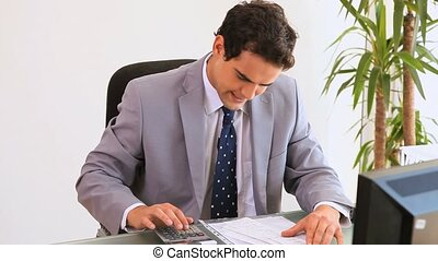 inquiet, homme affaires, calculatrice, utilisation