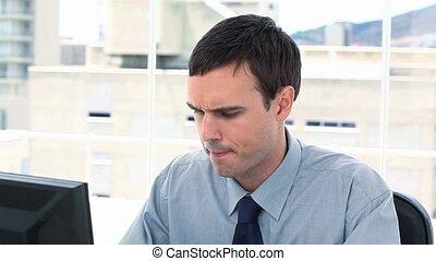 inquiet, homme affaires, sien, informatique, fonctionnement