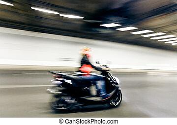 inre, av, en, urban, tunnel, med, motorcykel, fläck