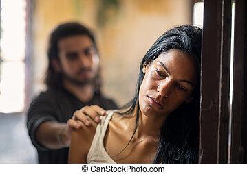 inrikes våld, med, ung man, och, abused, kvinna