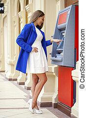 insérer, femme, distributeur billets banque, jeune, carte de débit