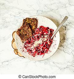 insalata, con, cavolo rosso, carote, e, barbabietole, con, crudo, fungo, bread