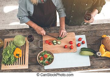 insalata, coppia, sposato, insieme, allegro, preparare, anziano