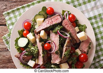 insalata, verdura, formaggio, e, bistecca manzo, con, chimichurri, salsa, closeup., orizzontale, vista superiore