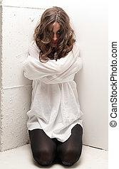 insano, joelhos, mulher, olhando jovem, câmera, straitjacket