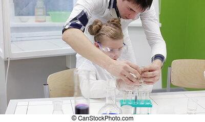 insegnante, aiuta, studenti, in, il, classe chimica