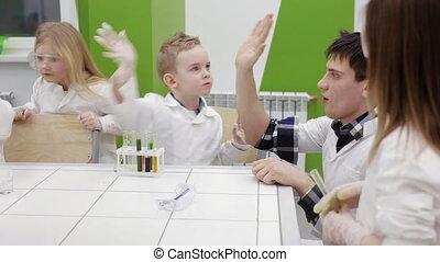 insegnante, alto cinque, studenti, in, classe chimica