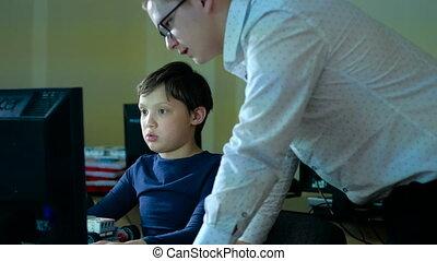 insegnante, con, computer, volerci, uno, matematica, classe, 4k
