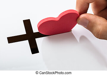 inserção, forma coração, em, crucifixo, ranhura