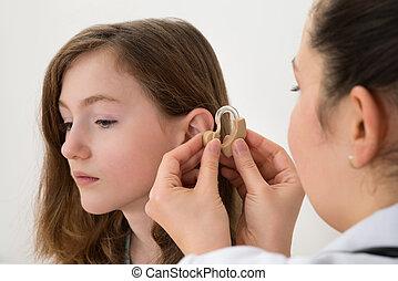 insertar, doctor, audífono, niña, oreja