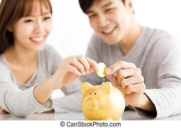 insertar, piggybank, pareja, joven, moneda, feliz
