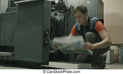 insertions, convoyeur, processus, ouvrier, -, machine, impression, papier, feuilles
