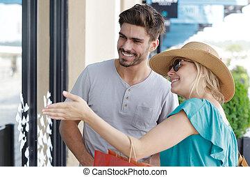 insieme, andare in giro per negozi senza comprare, coppia