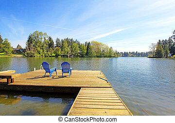 insjö, strand, med, pir, och, två, blå, chairs.