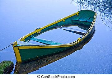 insjunken, rad båt, in, blå tåra