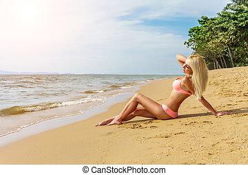 insouciant, plage, femme heureuse