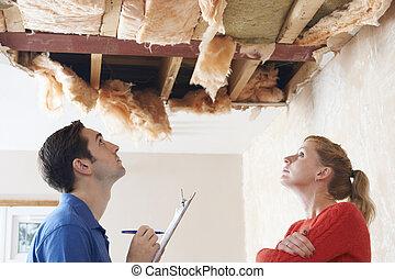 inspeccionando, construtor, cliente, dano, telhado