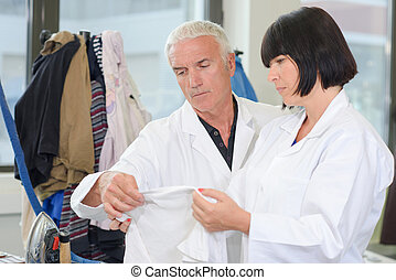 inspetor, lavanderia, tecido, inspeccionando