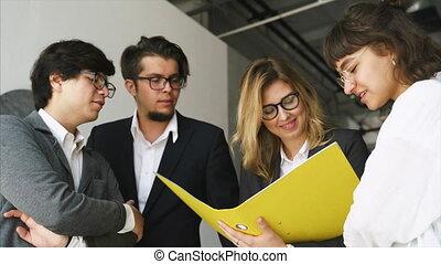 inspiré, nouveau, gens, projet, groupe, debout, discuter, jeune
