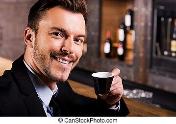 inspiré, par, tasse, de, frais, coffee., confiant, jeune homme, dans, formalwear, café buvant, et, sourire, quoique, séance, à, les, compteur barre