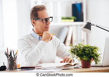 inspired., zijn, werkende , zelfs, zittende , weg, nadenkend, hand, het kijken, terwijl, plek, glimlachen, middelbare leeftijd , vasthouden, kin, man