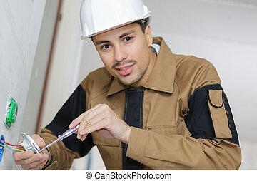 instalación, electricista, enchufes, joven