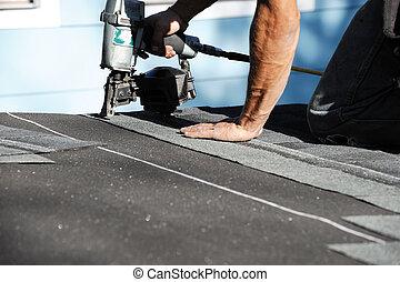 instalar, telhado, handyman, reparar, telha, usando, injetor...