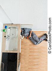 installatiebedrijf, onder, zinken, werkende , keuken