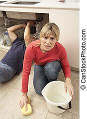 installatiebedrijf, vrouw, lekkend, op, tijdens, zinken,...