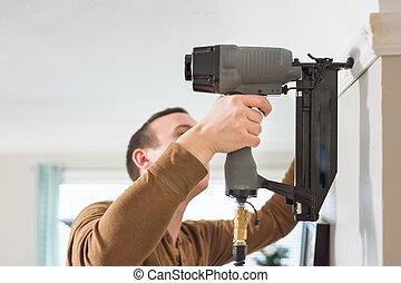 installs, 銃, 釘, trims, コーカサス人, 人