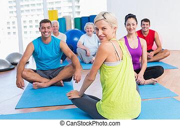 instructeur, à, classe, pratiquer, yoga, dans, fitness, studio