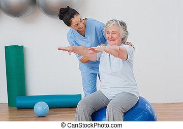 instructeur, helpen, oude vrouw, in, het uitoefenen