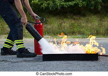 instructor, actuación, cómo, a, uso, un, extintor, en, un, entrenamiento, fuego
