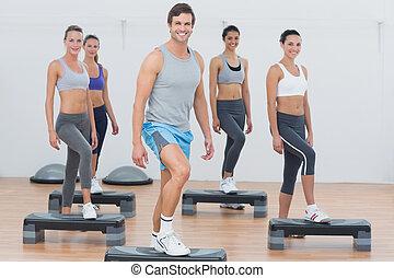 instructor, con, clase salud, amaestrado, aeróbicos de paso, ejercicio