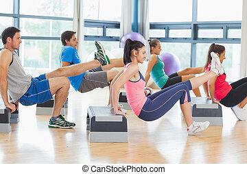 instructor, con, clase salud, amaestrado, aeróbicos de paso,...