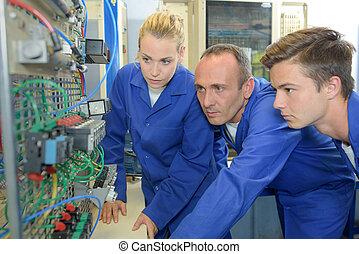 instructor, con, dos, aprendiz, electricistas