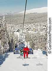 instructor, niño, poco, levantamiento, esquí