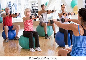 instructor, toma, clase del ejercicio, en, gimnasio
