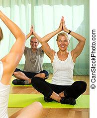 instructor yoga, con, anciano, attenders