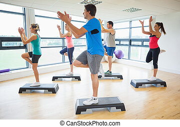 instruktör, med, lämplighet kategori, utföre, steg aerobics,...