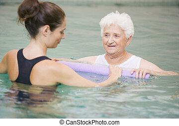 instruktor, i, starszy, pacjent, przechodząc, woda terapia