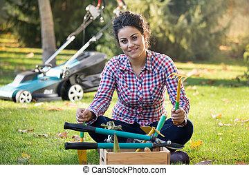 instrumenty ogrodnictwa, kobieta, podwórze