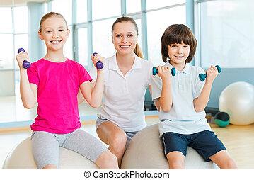 instrutor, com, kids., alegre, instrutor, ajudando,...