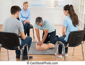 instrutor, ensinando pronto socorro, cpr, técnica